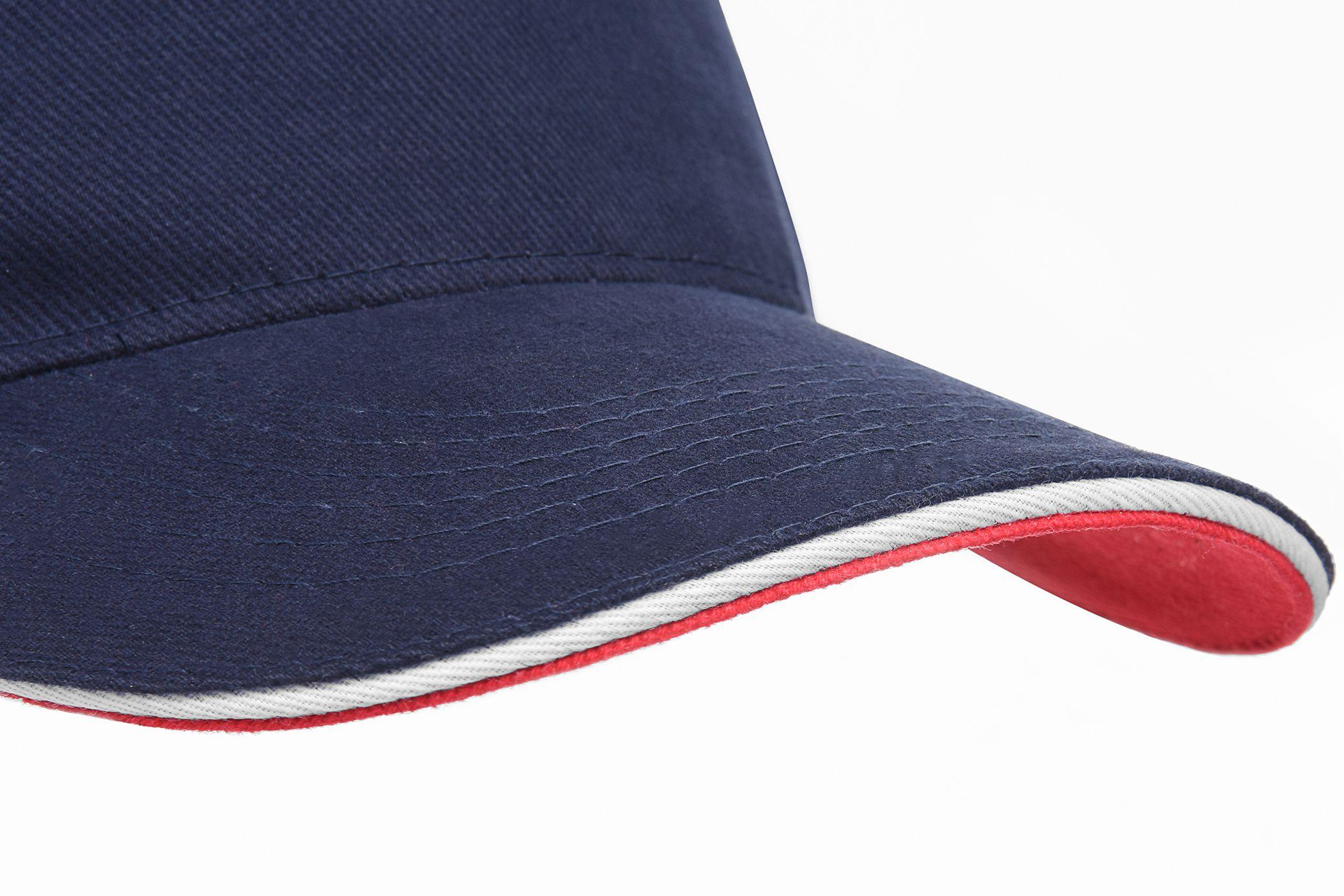 Three-coloured peak with sandwich trim. Refined finish 32e04cc82a8d